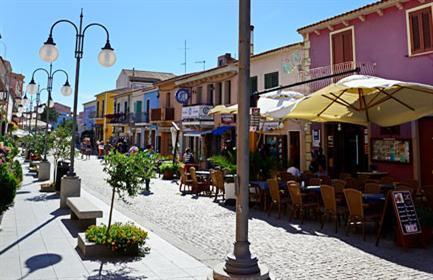 Shopping nel centro storico di olbia il comune allarga la for Centro divani olbia