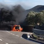 L'auto come una palla di fuoco: il video dell'incendio a San Teodoro