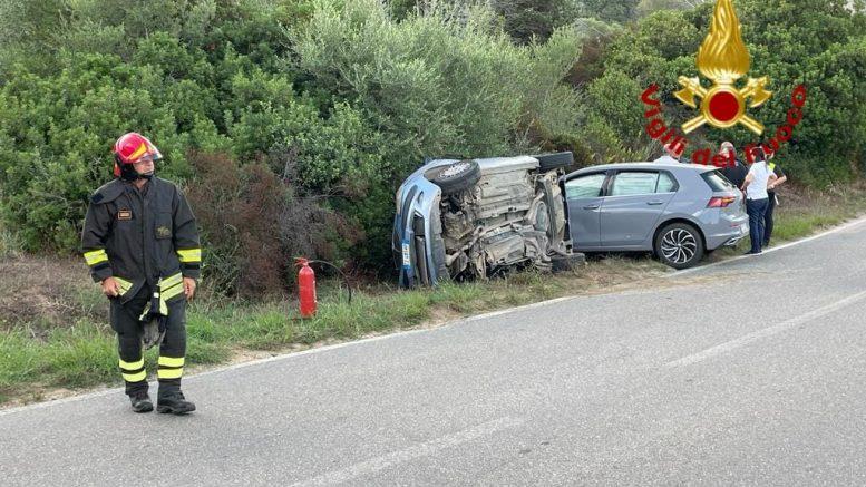 Scontro sulla strada per Baia Sardinia, un'auto finisce sul fianco: 2 feriti
